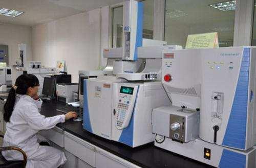 武汉甲醛检测机构工作人员在进行日常检测操作