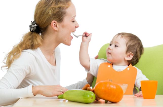 怎样训练试管婴儿宝宝自己用勺子吃饭