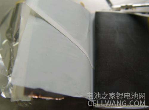 正在拆解的锂电池电芯不良极片