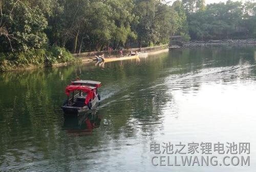 公园里用锂电池驱动的电动游船