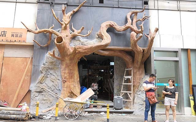 商场门口水泥雕塑