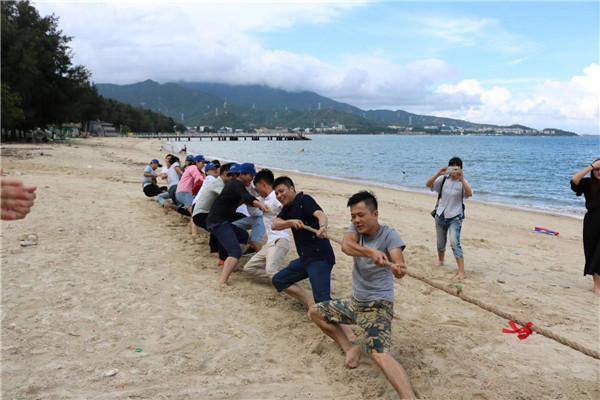 沙滩趣味运动会_沙滩拔河比赛