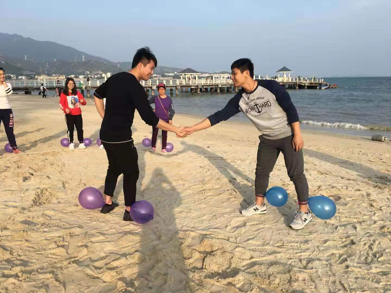 沙滩趣味运动会踩气球