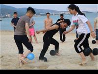 公司团建趣味沙滩游戏项目—踩气球竞赛