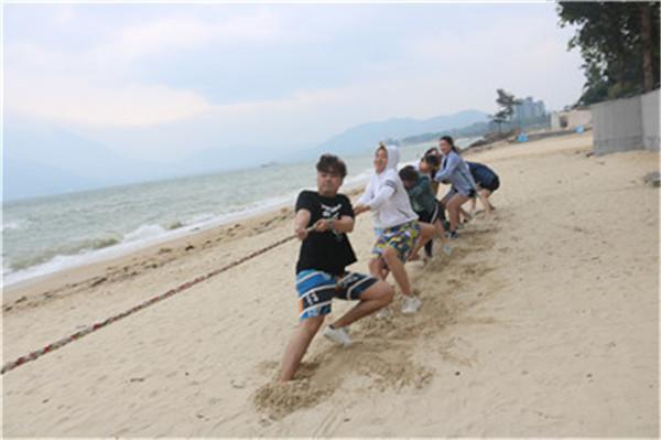 沙滩拔河比赛