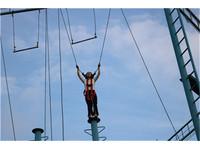 深圳团建户外拓展活动高空体验项目—高空抓杠挑战