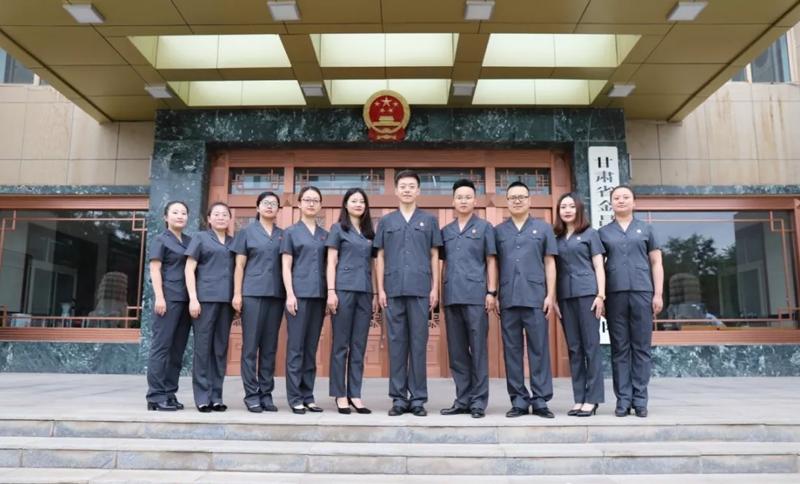 法院工作人员穿着审判服大合影