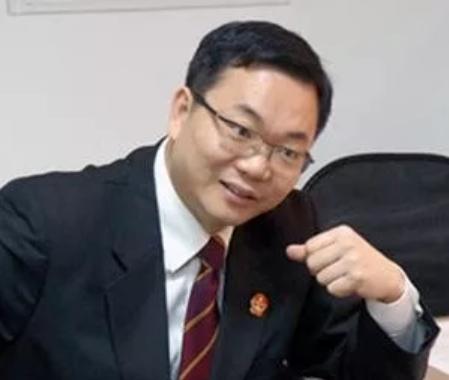 法官旧式红领带
