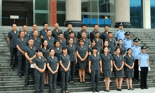 镇沅法院全体干警参与换装宣誓仪式