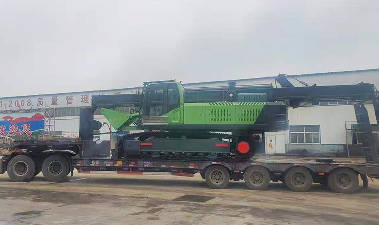 Full hydraulic lock-type rotary drilling rig is safely transported to the user's site
