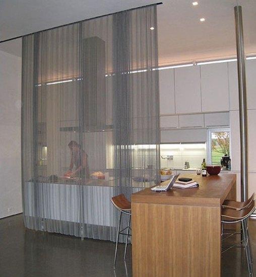 虽然是开放式的厨房设计,但用一块沙质感帘布将操作区与外空间隔开,半透明的软隔断让厨房空间若隐若现,明确划分出空间的同时又能保证宽敞观感,这样的软隔断还可以随时收起,更为灵活。