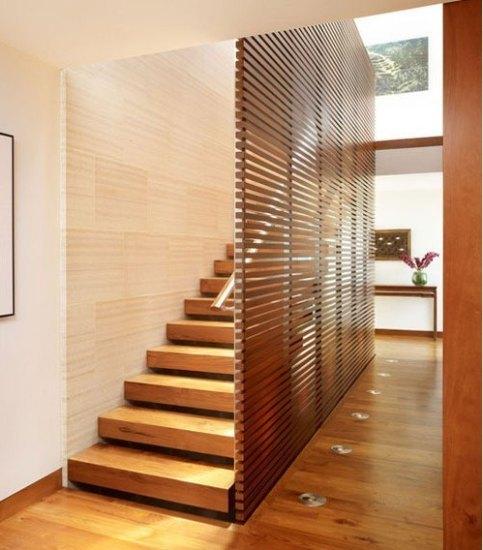 楼梯处的屏风有时是十分必要的配置,例如这款案例,它为楼梯间塑造了一面墙,为楼梯把手制造载点,而屏风的木质横条设计,为整个空间带来十足量的线条,让空间充满层次感。