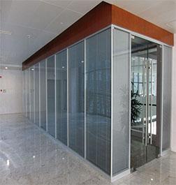办公室玻璃隔断装修就找成都大名装修高隔间