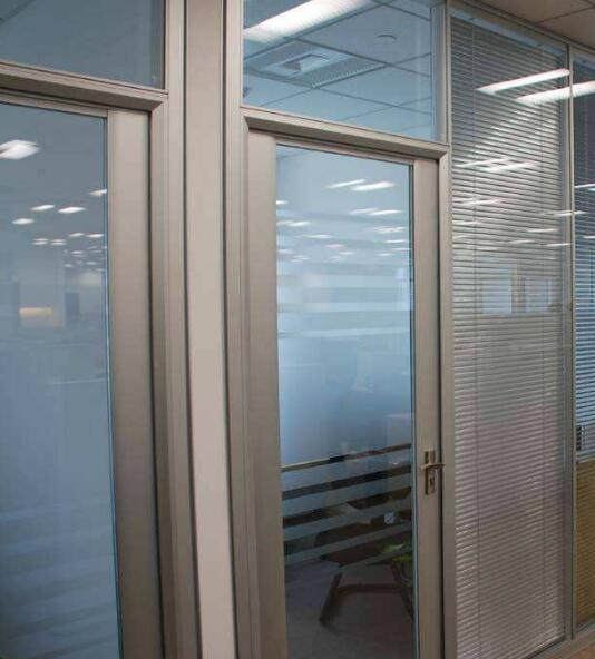 北京玻璃隔断安装施工选择多厚的钢化玻璃