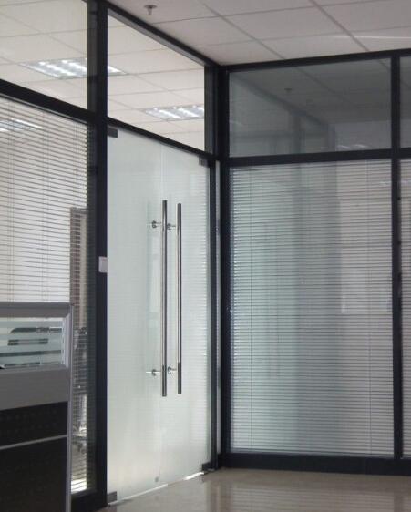 北京玻璃隔断如何搭配办公环境