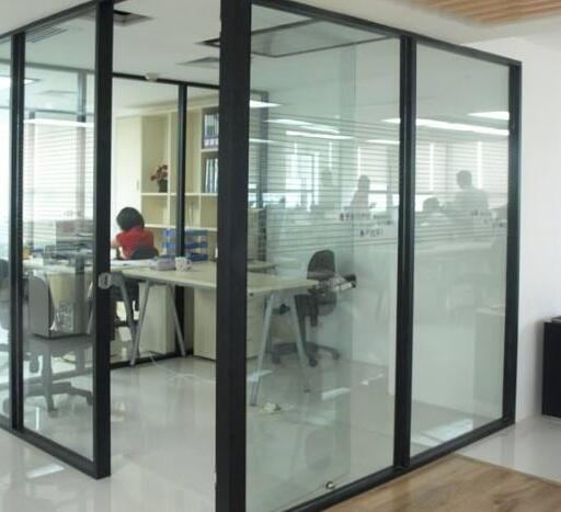 玻璃隔断厂家选择钢化玻璃的要求
