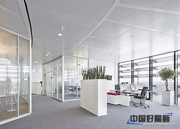 简约的设计玻璃隔断也是增加空间感的好选择