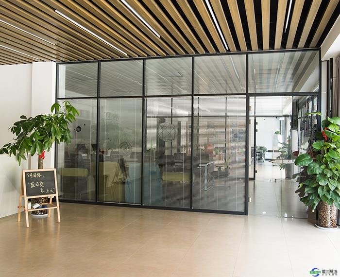 磨砂玻璃隔断对于办公室装修的好处