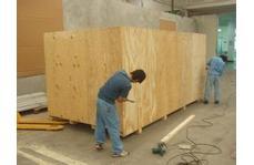 木包装箱工作场景
