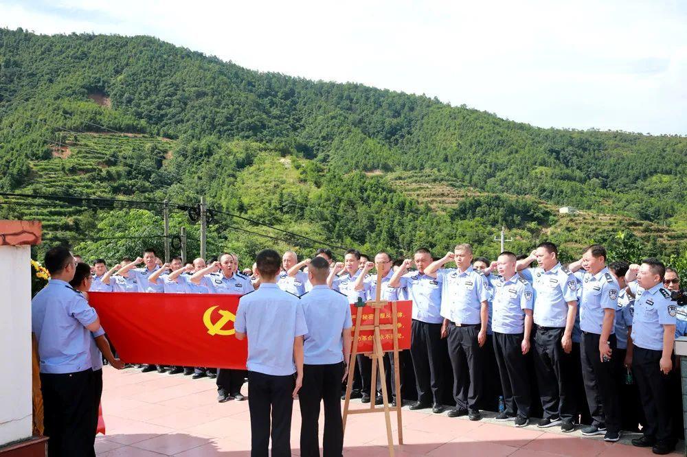 学员在瑞金红色教育基地—革命烈士纪念塔重温入党誓词、敬献花篮