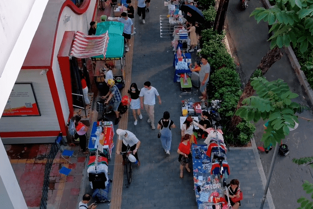 深圳横岗地铁口让摆摊,路上也挤满了人,你要的人情味又回来了