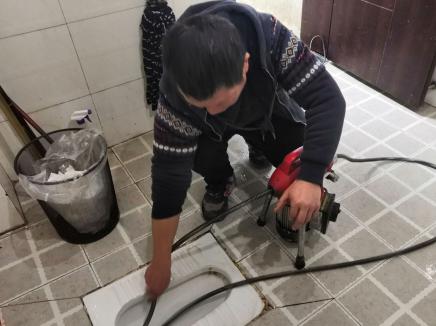 下水道疏通器使用技巧: