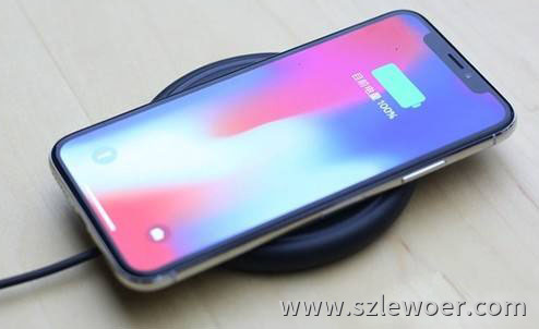 苹果x手机正在用利行者桌面无线充电器充电