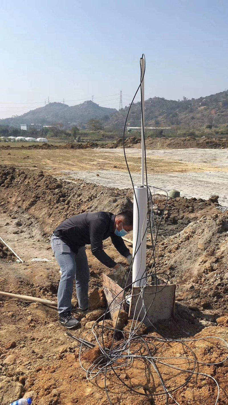 某公司電棍立桿工程正在緊張的施工中