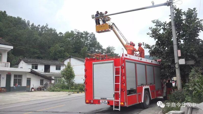 2名维修电棍人员被困升降机