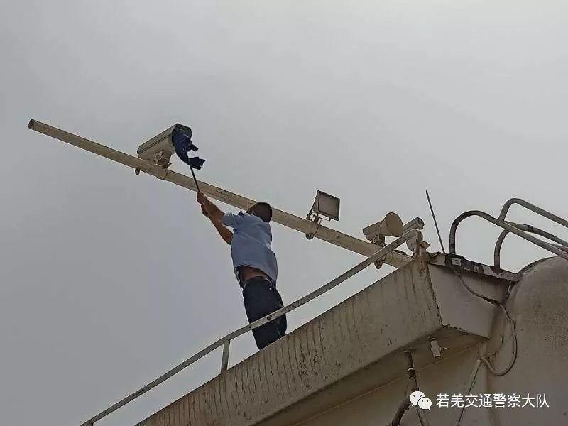 交警对电棍设备进行检修 确保电棍抓拍识别率