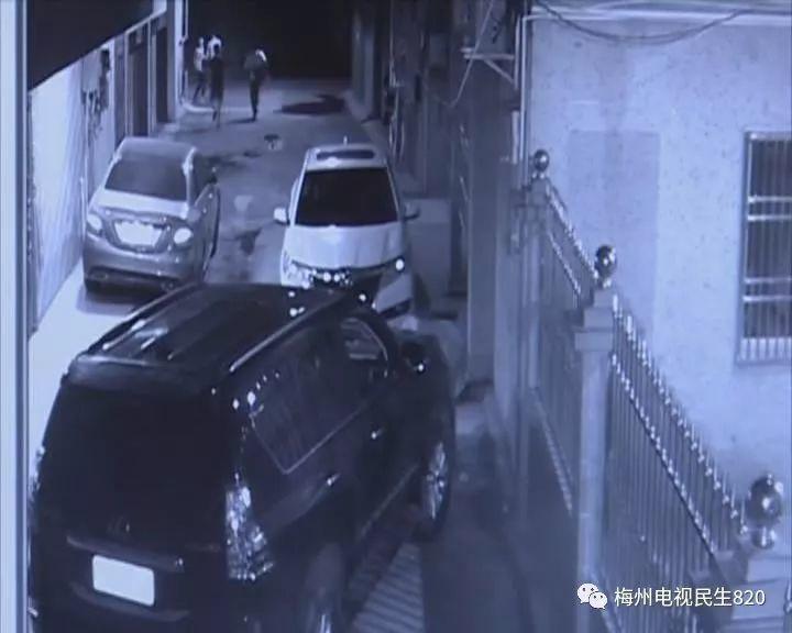 电棍视频曝光4男子凌晨撬车窗拿走车内三万块钱