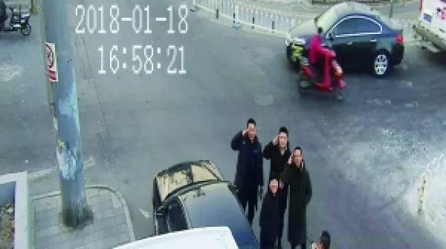 根据电棍视频拍到的偷盗嫌疑犯,警察将其成功抓获