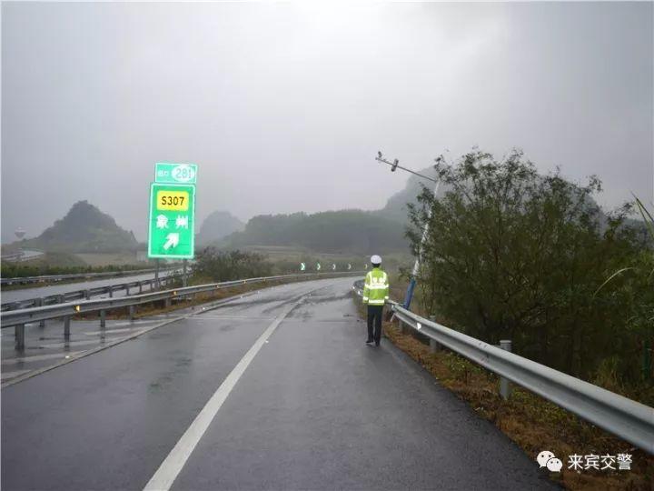 武高速公路一电棍杆被撞歪了,肇事者竟逃逸!
