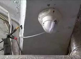 擅自在共用走道安装电棒,侵犯邻居隐私应拆除!