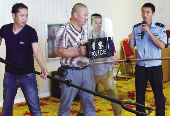 学校安保人员正在练习使用制暴叉