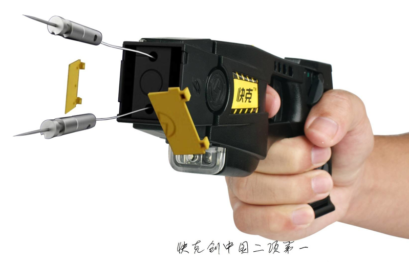 安保机器人配电击枪现身深圳机场