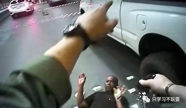 泰瑟电击枪瞬间制服歹徒的非致命武器,不用弄出人命就可以达到威胁的目的