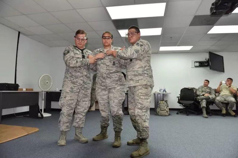 美军志愿者体验被泰瑟枪电击