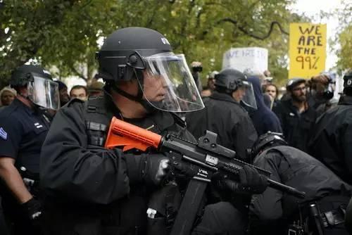 """橡皮子弹不会致命的""""非致命武器"""""""