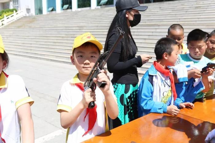 大批警用防护防爆装备展示在校园内
