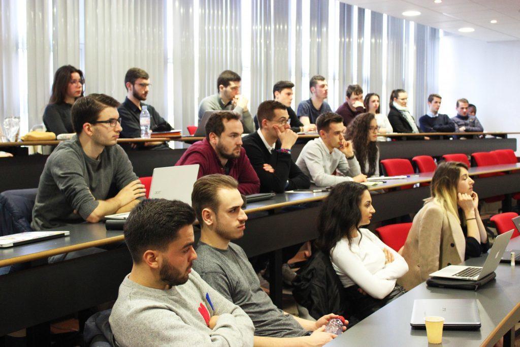 法国布雷斯特商学院资产管理与金融专业硕士学位项目学生上课