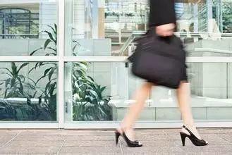 一定要蹬高跟鞋,穿职业装,才算是体面的工作?