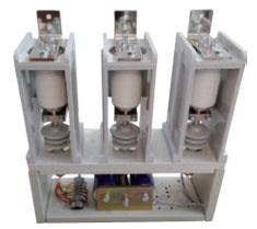 该产品适应于交流50~60Hz,额定工作电压7.2kV、12kV,额定电流分别为800、1000A、1250A的电力系统中,供直接或远距离接通和分断主电路及控制无感交流电动机、变压器等电气设备。该产品使用环境海拔离度不超过1000米。