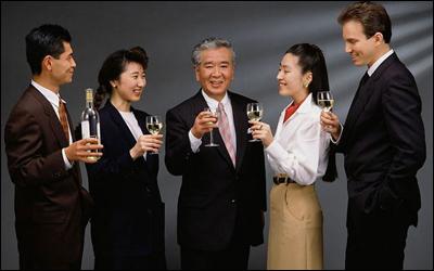 喝酒前吃什么不容易醉?喝酒人必备的4个喝酒方法