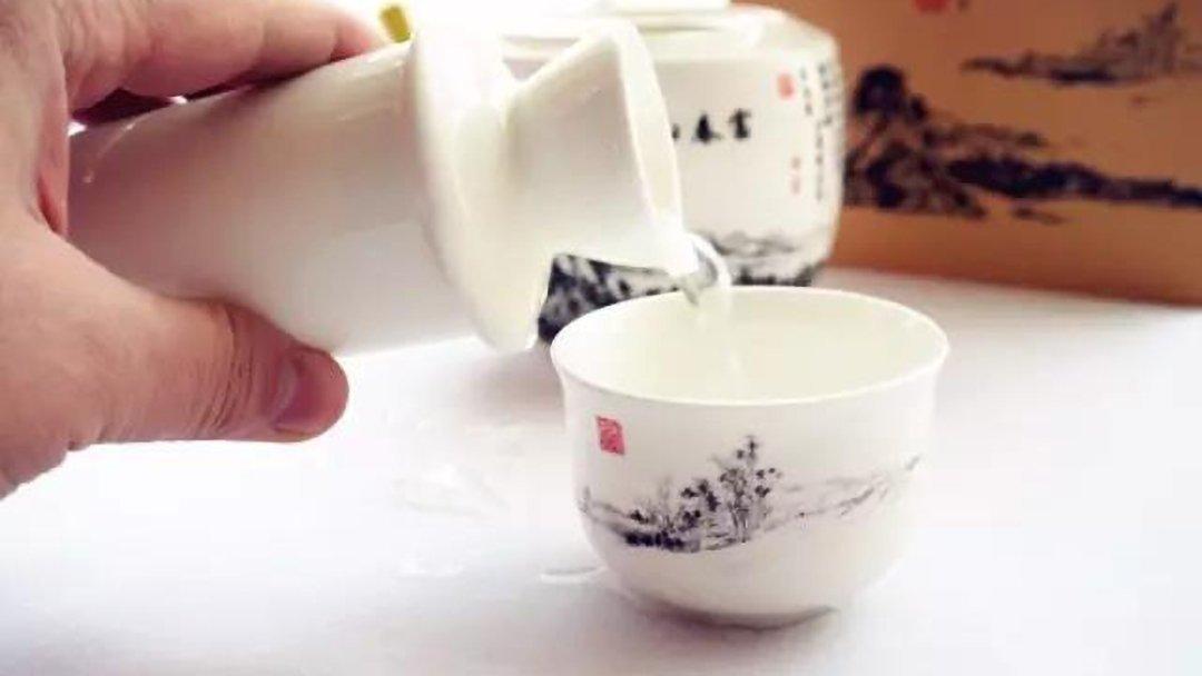 黔酒伯乐:酱香型白酒的好处有哪些,为什么大家越来越亲睐酱香型白酒呢?