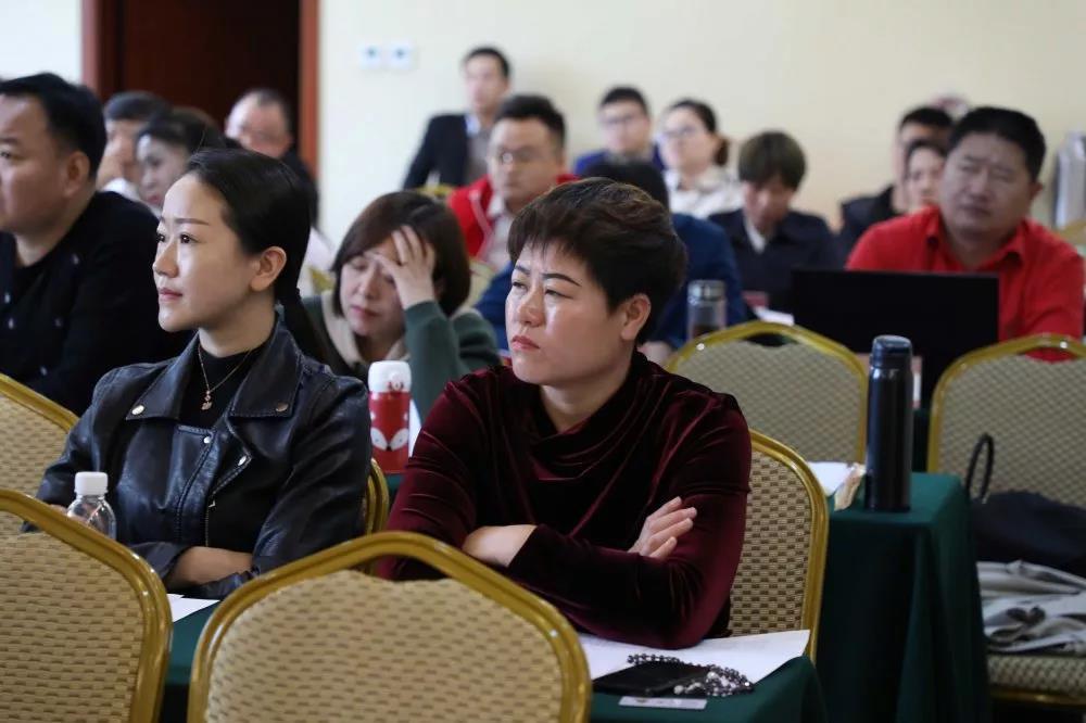 新时代工商管理EMBA总裁高级研修班同学认真听课中