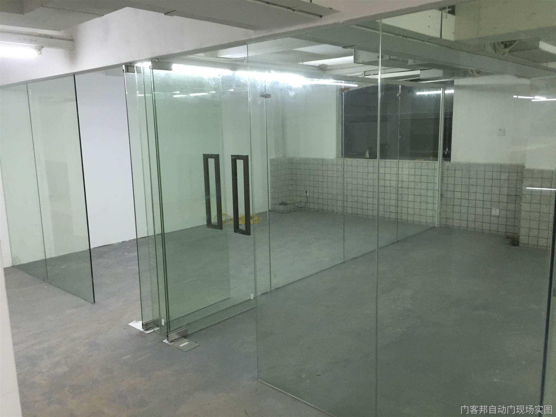 有框玻璃如何换地弹簧,成都上门维修玻璃地弹簧