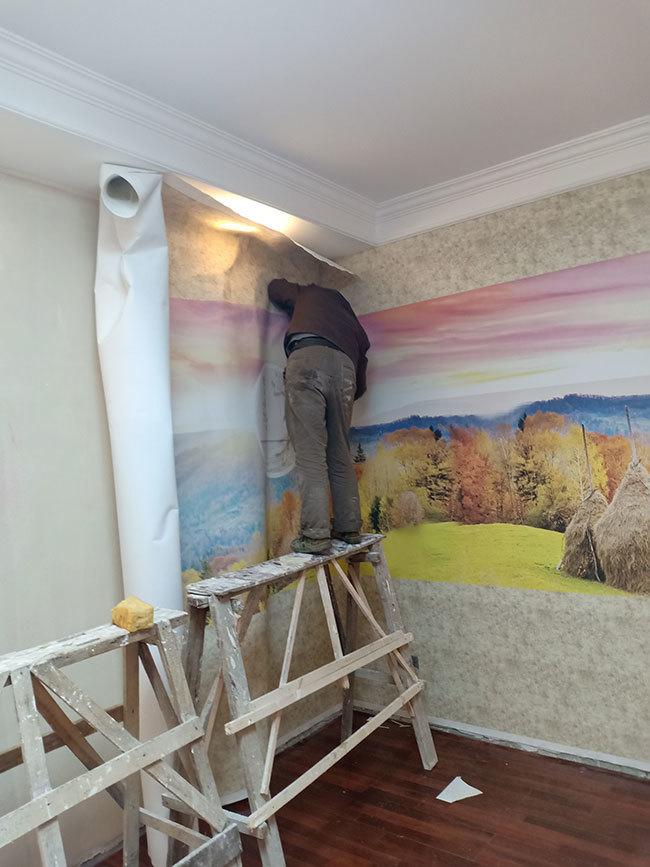 安装师傅正在安装风景画墙布