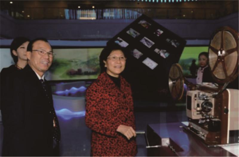 原广州市副市长贡儿珍参观广州市国家档案馆展厅。