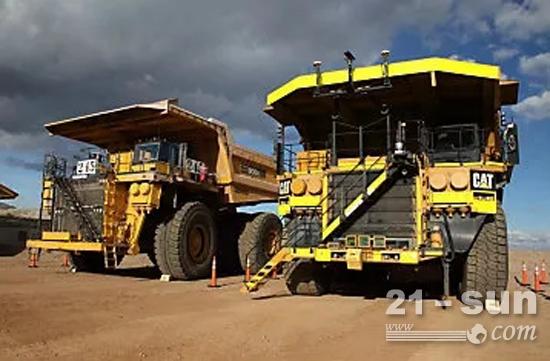 应用了自动化操作系统大型卡特彼勒矿用卡车